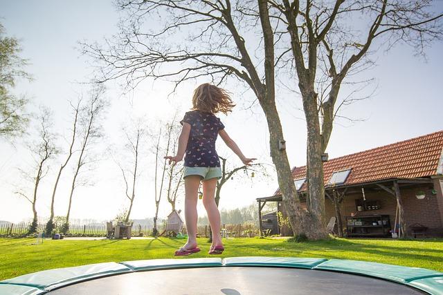 holčička skákající na trampolíně
