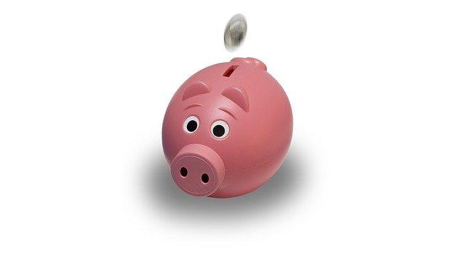 házení mince do pokladničky prasátka