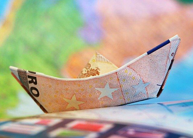 papírová čepice z bankovek