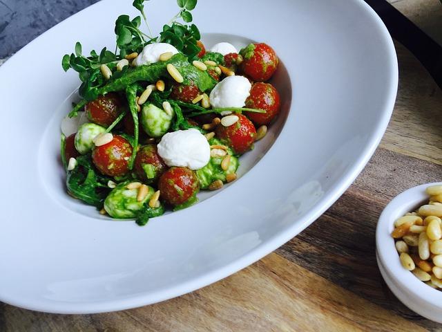 zeleninový salát s naklíčenou řeřichou