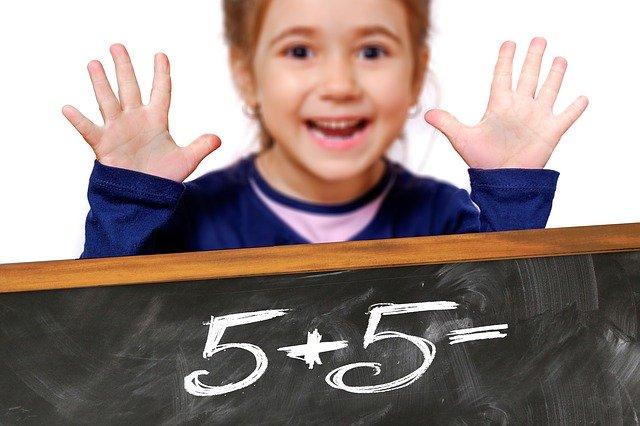 holčička sčítá pět a pět